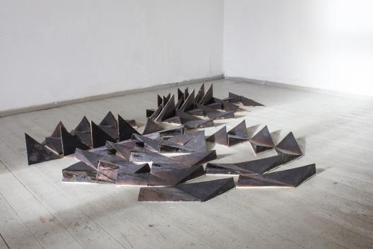 Ohne Titel / 2014 / glasierte Keramik / ca. 2 x 2 m